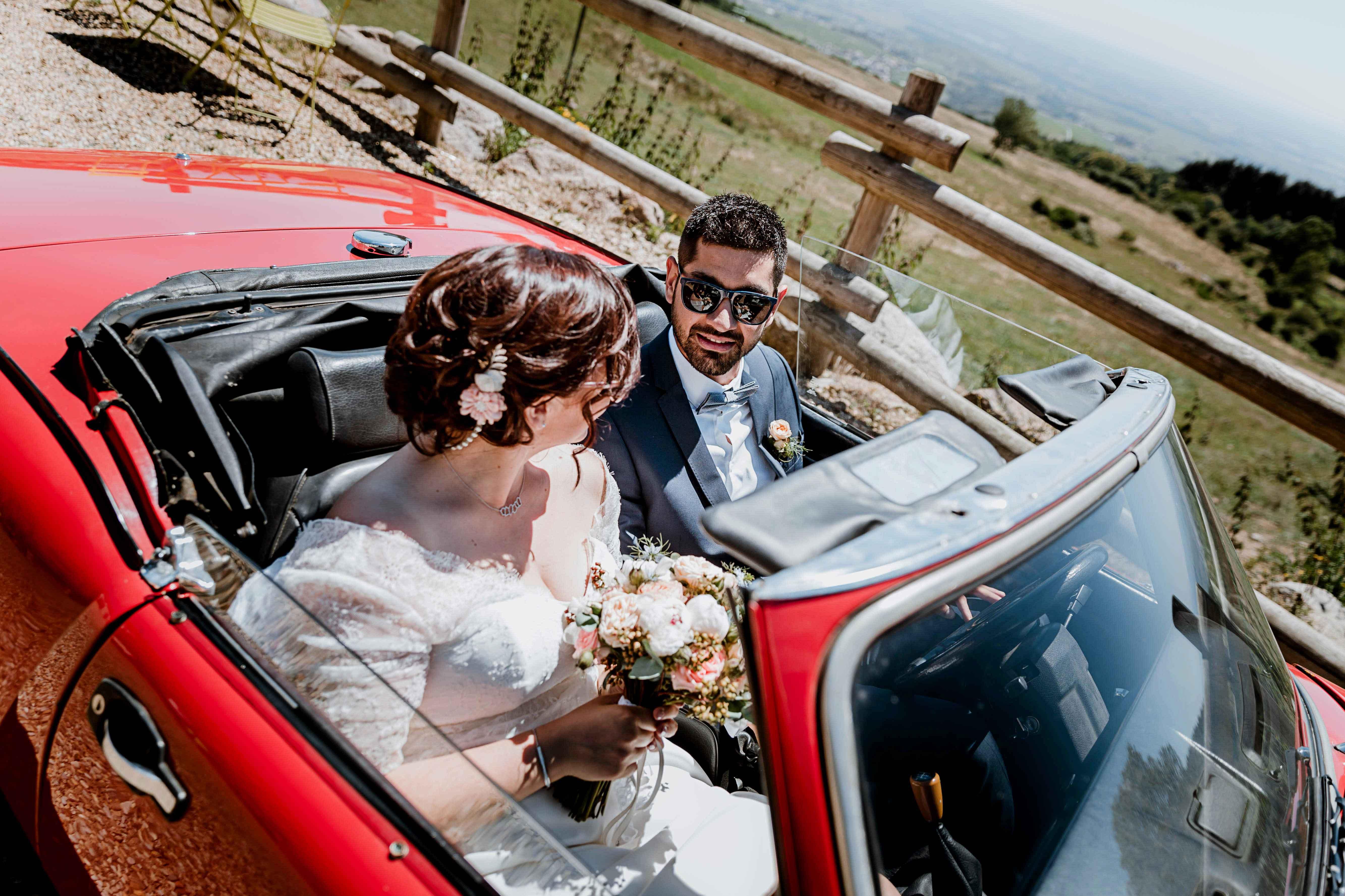 photographe beaujolais lyon voiture arrivé des mariés