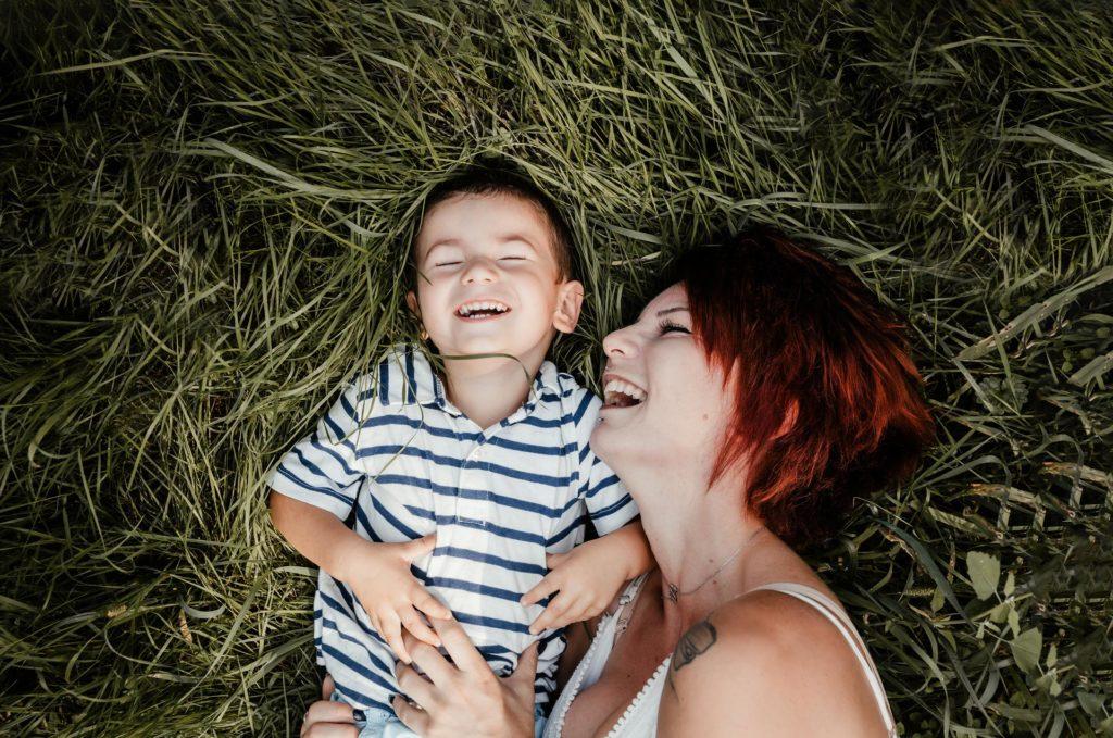 photo de famille laurine walger photographe herbe haute rire mâcon