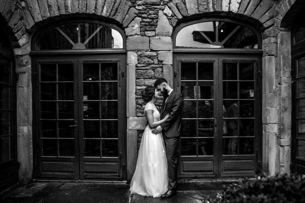 photo de couple en noir et blanc au domaine