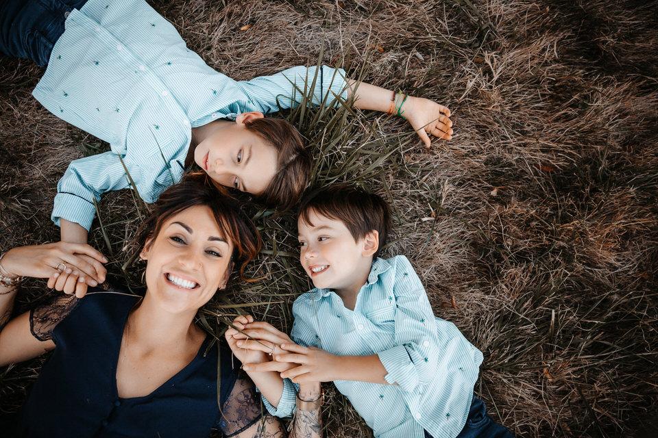 photo famille lyon elodie et louka au sol