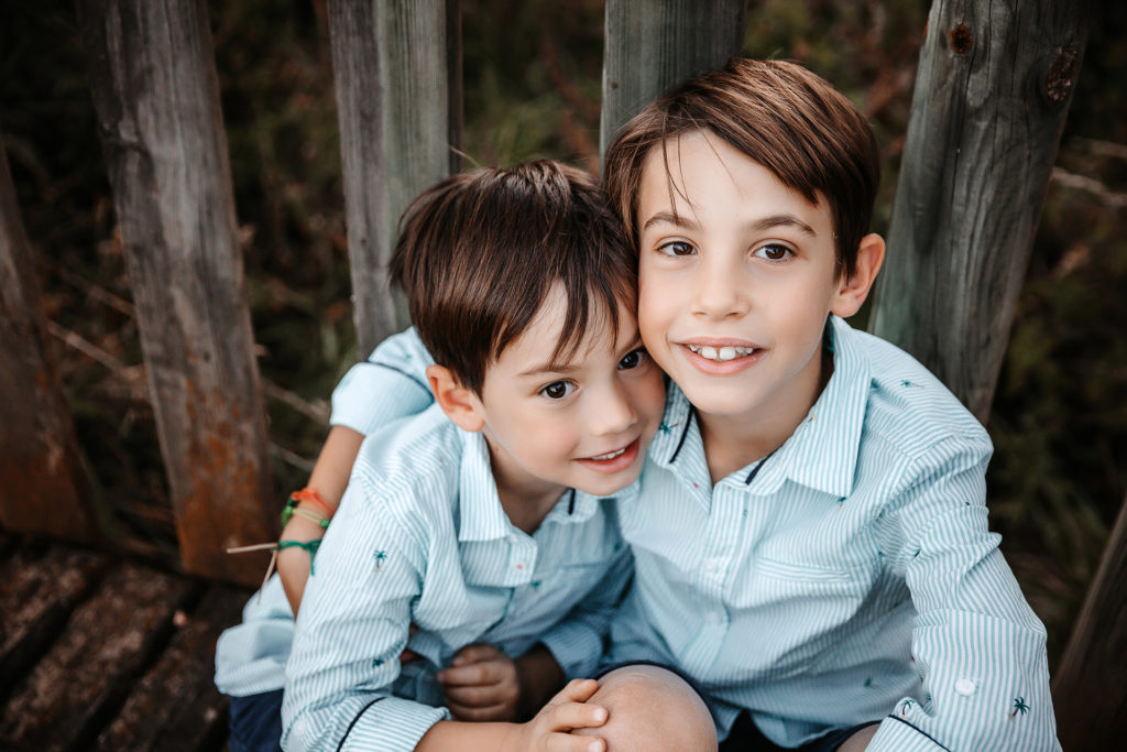 calin entre frere lors d'une séance photo en famille